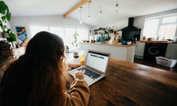 Voici comment vous pouvez gérer votre facture énergétique en travaillant à la maison
