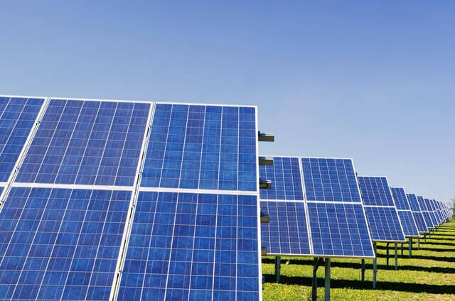 Nettoyer vos panneaux solaires: utile ou non?